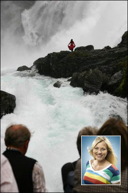 HULDRA: Værdame Eli Kari Gjendedal velger seg Sogn og Fjordane. Her kan man se huldra ved Kjosfossen i Aurland. Foto: Dag Fonbæk