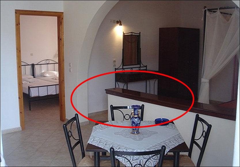 STRIDENS KJERNE: Tore Nygård og familien hadde bestilt en treromsleilighet, men ble møtt av dette oppholds- og soverommet. Ving mener imidlertid at denne halve veggen gjør at leiligheten består av tre rom. Foto: VING