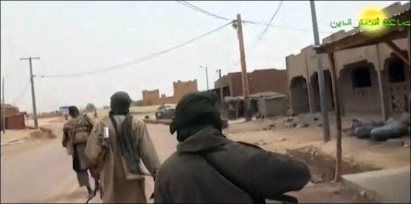 Væpnede menn deltar i kamper om byen Azawad nord i Mali. I dag har den Afrikanske Union vedtatt å vurdere intervensjon i landet i frykt for at det skal bli et terroristreir. Foto: AP/Ansar Dine/ You Tube
