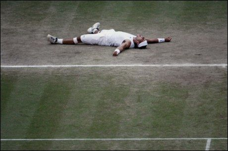 TIDENES MATCH: Rafael Nadal la seg spontant vannrett da han slo Roger Federer i Wimbledon-finalen 2008. Foto: AP