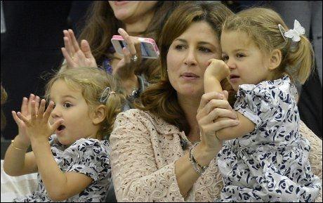 DOUBLE: Roger Federers kone Mirka sammen med tvillingdøtrene Myla Rose og Charlene Riva, da de så pappas comeback i årets Wimbledon. Uvisst hvem som er hvem av døtrene. Foto: Reuters