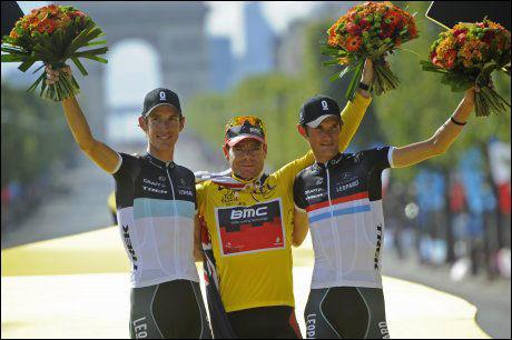 TREDJEPLASS I FJOR: Frank Schleck (t.h.) sto på podiet i Paris sammen med vinner Cadel Evans og bror Andy Schleck. Foto: AP