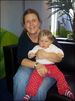 ODELSJENTE: Victoria Oreberg er odelsjente på Oreberg Gård. Her er hun trygt på fanget til mamma Kari Oreberg. Foto: Privat