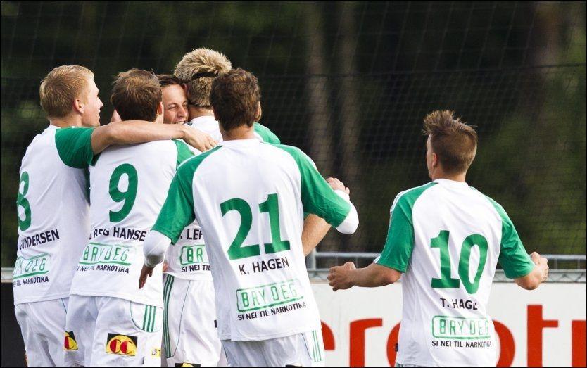 SEIER: HamKam-spillerne feirer Anders Emil Nedrebø sitt mål under den utsatte 1. divisjonskampen mellom Ull/Kisa og HamKam. Foto: NTB scanpix