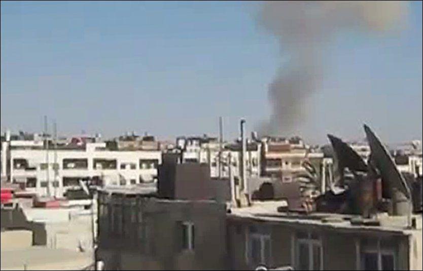 SORT RØYK: Etter harde kamper natt til onsdag stiger det tykk røyk opp fra byen Damaskus, som vist på bildet tatt fra en video publisert på YouTube. Foto: Afp