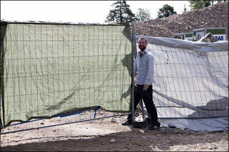 VIL VÆRE I FRED: Romfolket som har slått opp leiren sin på Årvoll i Oslo lukket mandag gjerdene rundt leiren for å få være i fred. Her er Folk er folk-leder Bjønnulv Evenrud utenfor gjerdet. Foto: Anette Karlsen, NTB Scanpix