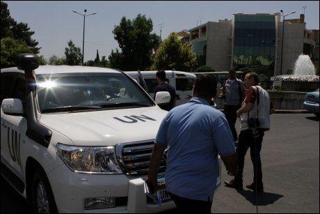 FN PÅ STEDET: En FN-bil ankom bombestedet like etter at nyheten om de døde embetsmennene kom. Foto: AFP