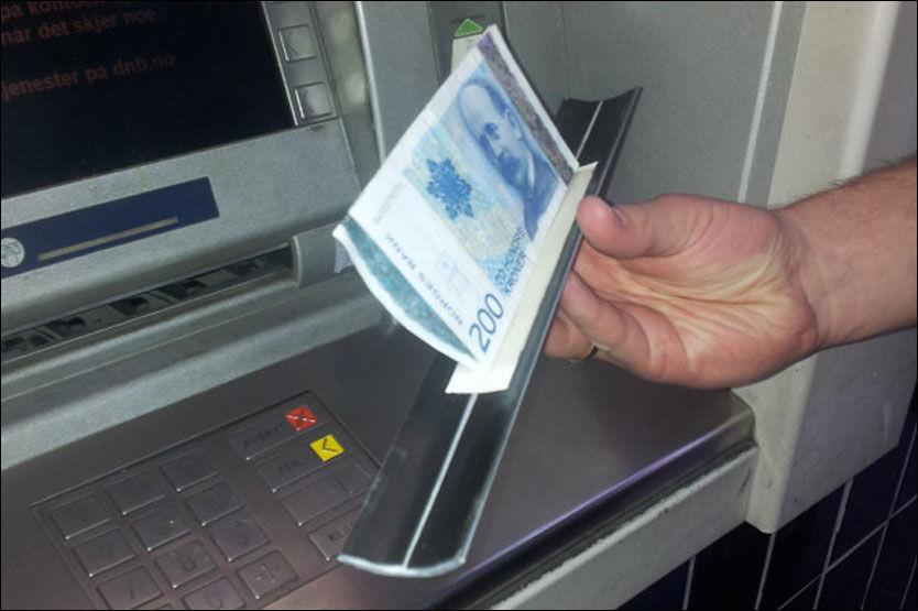 PENGENE: De 600 kronene Nils Keller skulle ta ut av minibanken satt fast i minibanken bak listen på bildet. Foto: PRIVAT