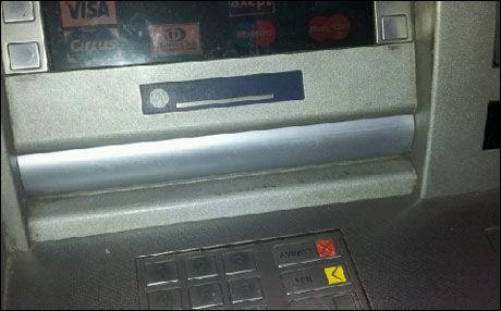 TETT: Slik så minibanken ut før politiet fjernet listen. Bak den sto Nils Kellers sedler og stanget. Foto: PRIVAT