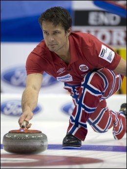 OVERRASKET: Skipp på det norske curlinglandslaget Thomas Ulsrud ble overrasket da han fikk høre at John Daly spilte med buksene laget til ære for dem under Open Championship. Foto: Ap