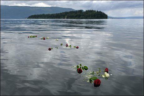 ROSER: Mange la ned blomster i Tyrifjorden til minne om de døde. bare dagen før terrorern opplevde overlevende Siri Sønstelie sommerens vakreste dag på Utøya, skriver hun. Foto: Helge Mikalsen