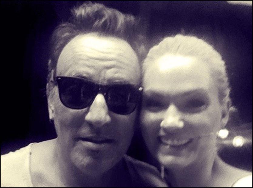 STJERNEMØTE: Negldesigneren fikk æren av å fikse plekternegl på Bruce Springsteen. Etter at hun var ferdig snek hun seg til et bilde med superstjernen. Foto: MARNA HAUGEN, komikerfrue.no
