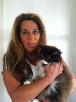 - HELT TRAGISK: Inger Johanne Graff, leder i Dyrebeskyttelsen Norge Hordaland og Bergen, fortviler over de fulle hjelpesentrene og de mange kattene som dumpes av eierne i sommermånedene. Her er hun med katten Petrine. Foto: Privat