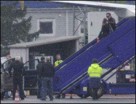 PÅ BAKKEN: Bruce Springsteen på vei ned trappen fra flyet som tok ham til Bergen Lufthavn mandag kveld. Foto: HILDE MESICS KLEVEN/VG