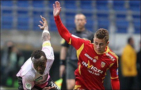 MED PÅ LASSET: Thorgan Hazard (t.h.), her i duell med Troyes' Eloge Enza-Yamissi, er Chelsea-klar. Foto: Francois Nascimbeni, Afp