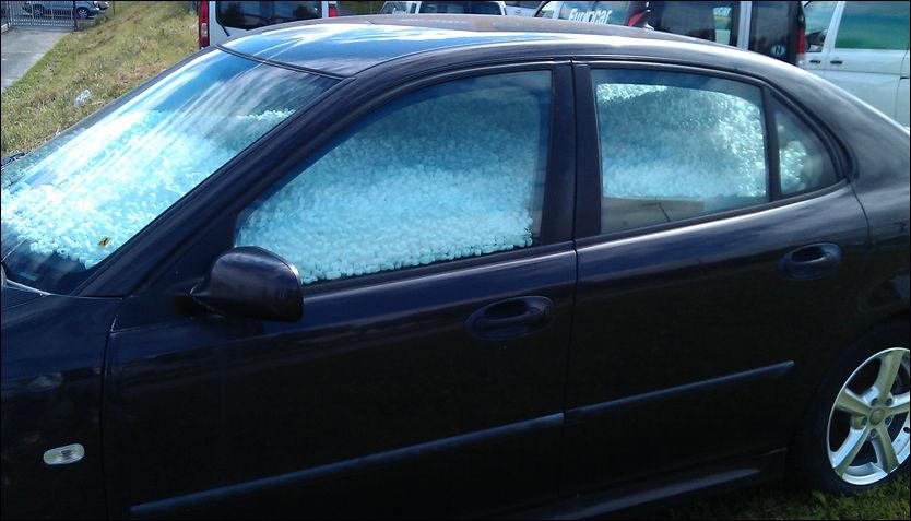 HVITT: Plasser på godt synlig på en plen utenfor firmaet han jobber i, fant Tor Granøien bilen sin full av hvitt isopor. Foto: Privat