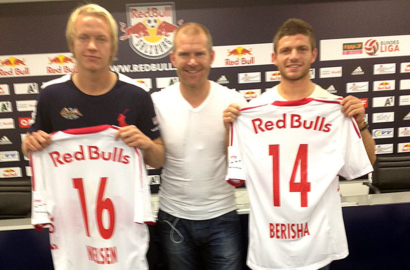 KLARE: Håvard Nielsen og Valon Berisha, her sammen med agent Jim Solbakken, ble torsdag klare for Red Bull Salzburg. Foto: Privat