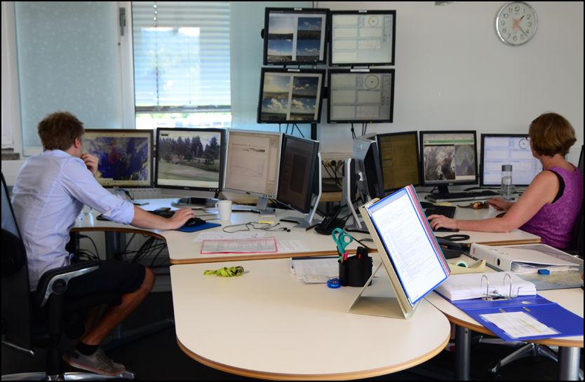 PÅ INNSIDEN: Et stort antall skjermer dominerer kontorlandskapet til metetorologene på Meteorologisk institutt på Blindern i Oslo. Den store datamengden og de mange modellene de forholder seg til er en utfordring å koke ned til et værvarsel. Foto: BJØRN-MARTIN NORDBY/VG