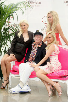 OMSVERMET: Hugh Hefner sammen med sine modellkjærester Holly Madison, Bridget Marquardt og Kendra Wilkinson. Foto: Getty Images/All Over Press