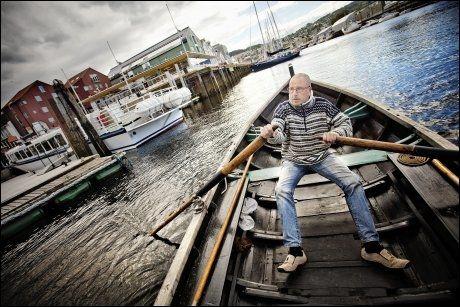 VUGGENDE, VUGGENDE TIL EN DUGGENDE: Fløtmainnen Audun Posada ror VG over til Skuret Kafe. Foto: ØYVIND NORDAHL NÆSS/VG