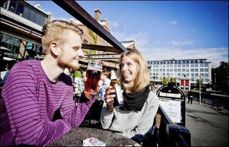 SKÅL: Martin Hilstad og Eirin Bordal koser seg på Solsiden. Foto: ØYVIND NORDAHL NÆSS/VG