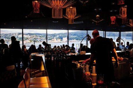 SE OG BLI SETT: Sky Baren på Clarion Hotell har flott utsikt over byen og sjøen. Foto: ØYVIND NORDAHL NÆSS/VG