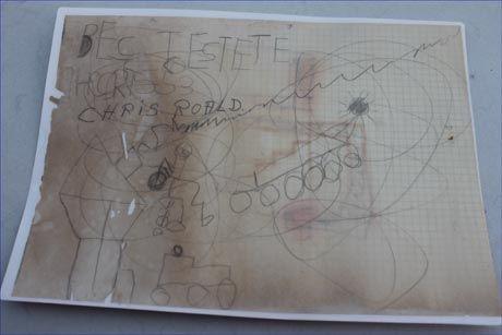 """POSTEN MÅ FREM: """"Chris Roald"""" og """"Bestefar"""" var beskjeden i flaskeposten. Ifølge Chris sin mor Tove viser tegningen familien på båttur. Foto: Privat"""