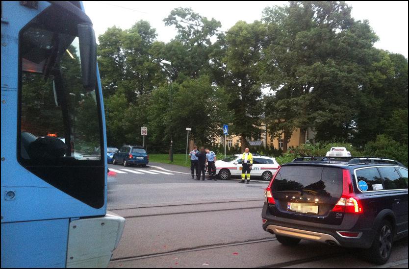 ETTER KRASJEN: Både trikken og taxien måtte stoppe og føreren og sjåføren måtte snakke med politiet, etter krasjen søndag kveld. Foto: Theis Roksvåg Pedersen