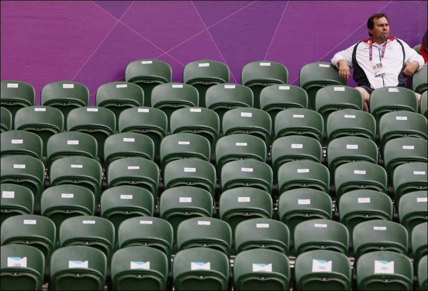 GOD PLASS: Denne tilskueren kunne fritt velge sete under tenniskampen mellom danske Caroline Wozniacki og hjemmehåpet Anne Keothavong. Foto: Reuters