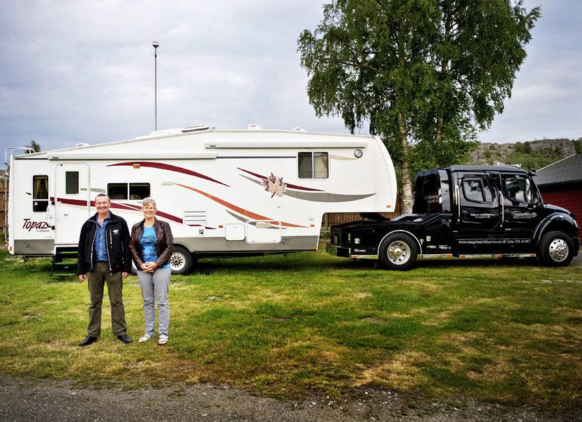 FRIHET PÅ HJUL: John og Aud Stangelands feriemonster veier seks tonn, er høyt som en trailer og spekket med høyteknologiske løsninger. Nå går salget av campingvogner til værs. Foto: Eivind Griffith Brænde