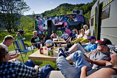 KREATIV VOGN: For to år siden kjøpte Paul Jerstad Egenes en campingvogn for å ha på festivaler. Sammen med venner rev han ut alt interiøret og lagde nytt etter egen smak og ville ideer. Foto: Eivind Griffith Brænde