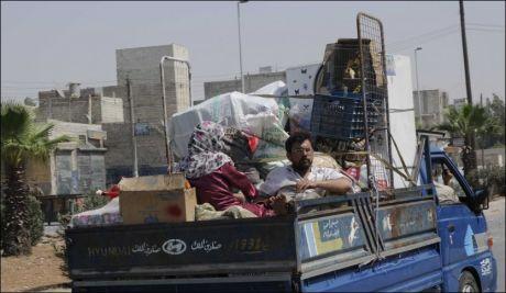 PÅ FLUKT: Over 200.000 syrere har flyktet fra Syrias største by, Aleppo, siden lørdag. Foto: AP