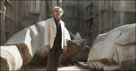 SKURK: Javier Bardem har blondt hår, og er kledd i brun bukse, vest, hvit blazer i rollen som Bond-skurk. Foto: SF Norge.