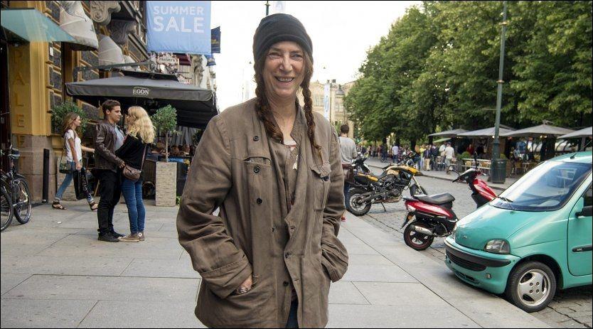 GLAD I NORGE: Her er Patti Smith på vei fra Grand hotel hvor hun bor, og bort til Tanum i Karl Johans gate for å møte fansen. Foto: Kristian Helgesen.