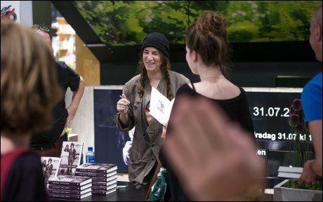FORNØYD: Det var en glad og fornøyd Patti Smith som møtte fansen inne i bokhandleren. Foto: Kristian Helgesen.