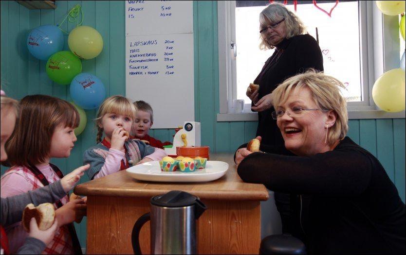 TRYGT: Kunnskapsminister Kristin Halvorsen (SV) var i 2011 på besøk i Mor Go'hjertas barnehage i Oslo. Så lenge tilbudet er godt nok, ser hun ikke noe problem med at ettåringer går i barnehage. Foto: LISE ÅSERUD/ NTB SCANPIX