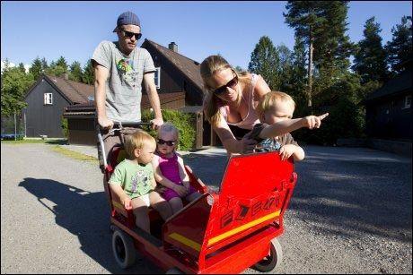 HJEMME BEST: Nina Charlotte Sivertsen og Thomas Larsen mener Johanna (3) og tvillingbrødrene Jonas og Ludvik (1,5) har det best i hjemmet fram til 3-årsalderen. Foto: JAN PETTER LYNAU/ VG