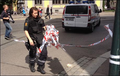 PAKKER SAMMEN: Politiet tar ned sperringene rundt USAs ambassade. Foto: Tim Peters