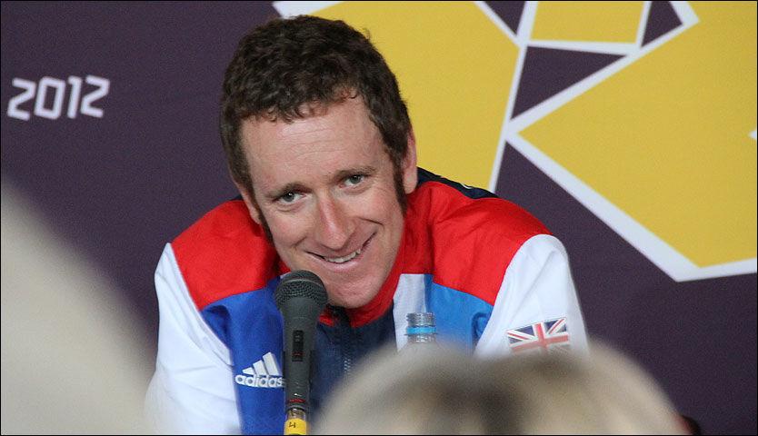 SPØKTE: Bradley Wiggins fremkalte latter blant journalistene på pressekonferansen etter at han hadde fått gullmedaljen rundt halsen. Foto: Eirik Borud, VG Nett