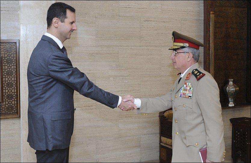 SKRYTER AV HÆREN: Syrias president Bashar al-Assad hilser på sin nye forsvarssjef, general Ali Abdullah Ayyoub. Bildet ble offentliggjort den 22. juli. Foto: Reuters