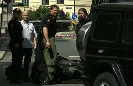 SPESIALIST: Politiets bombeenhet undersøkte ambassadebilen med den falske bomben under. Her kler en av tjenestemennene på seg en spesialdrakt i nærheten av den amerikanske ambassaden. Foto: Benjamin Olafsen Ree