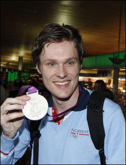 VISTE FREM MEDALJEN: Bartosz Piasecki viste frem sølvmedaljen fra OL. Foto: Frode Hansen, VG