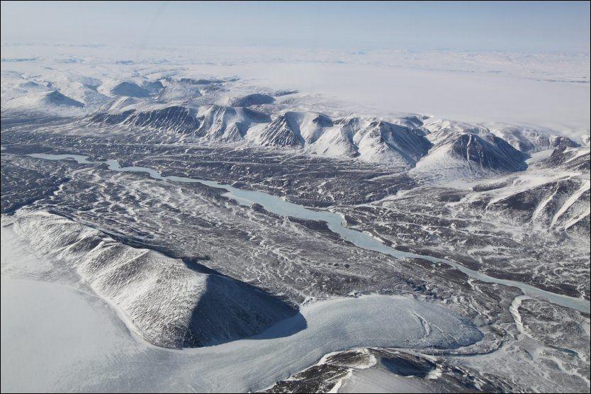 UTSIKT: Det er en fantastisk utsikt fra flyet. Foto: FRIDTJOF MORTEN JONASSEN