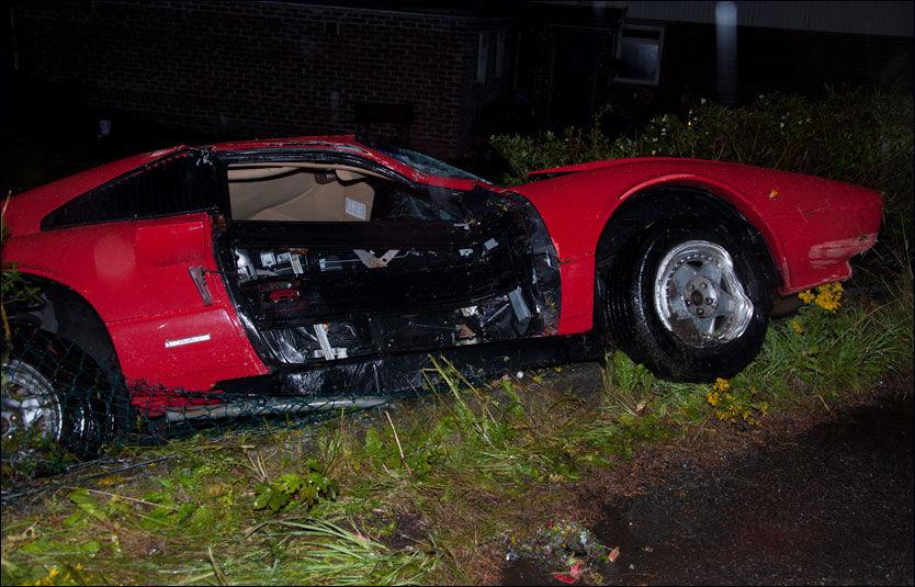 VRAKET: Ferrarien ble totalvraket da den raste inn i en mur natt til torsdag. Foto: Kristian Eidesvik, Studio Eidesvik