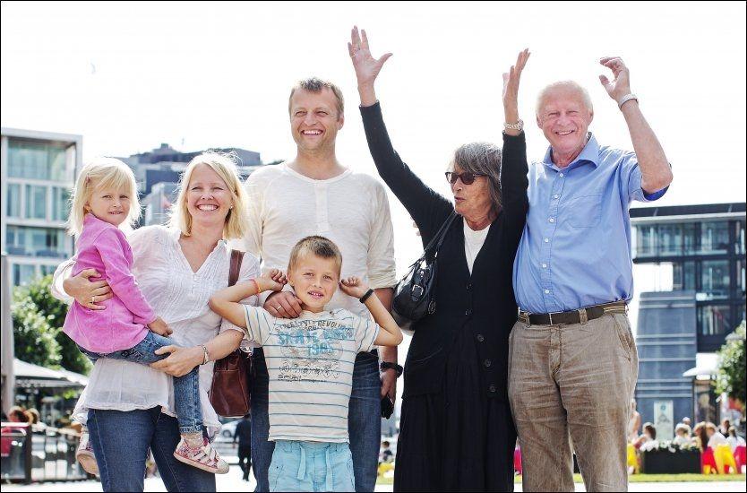 TERNINGKAST SEKS! Familien Heyerdahl feiret at den nye Kon-Tiki-filmen stod til forventingene på Aker Brygge i går. Fra venstre: Pernille, Åshild, Thor, Thor Andreas (gutten), Grethe og Thor Heyerdahl jr. Foto: Jørgen Braastad.