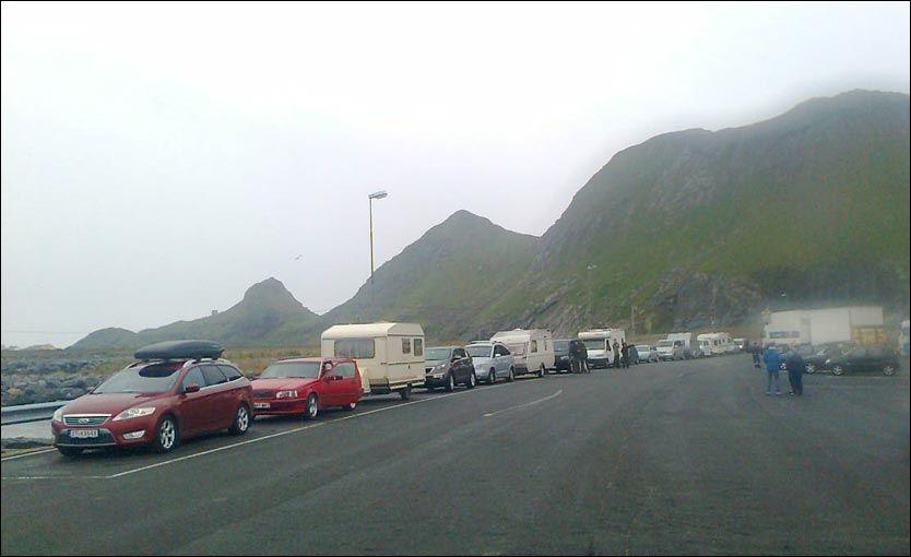 LANG KØ: Etter Lundehundtreffet på Værøy ble det lange køer for deltakerne som ville hjem. Foto: Hans Arvid Øberg/ PRIVAT