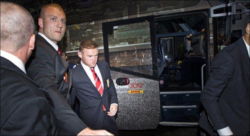 ETTERTRAKTET: Wayne Rooney fikk en hjelpende hånd av to sikkerhetsvakter da Manchester United ankom hotellet i Nydalen lørdag kveld. Foto: Frode Hansen, VG