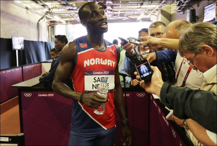 N-DURET PÅ: Jaysuma Ndure var i godt humør da han ankom pressesonen etter 100-meteren. Foto: NTB Scanpix