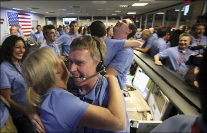 JUBEL: Spontan applaus og gledesutbrudd hersket i NASAs kontrollrom da det ble klart at «Curiosity» hadde landet trygt på Mars. Foto: Reuters
