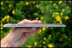 Google Nexus 7 er med sine 10,5 millimeter tykkere enn 10-tommers nettbrett som iPad og Samsung Galaxy Tab 2 10.1. (Foto: Kurt Lekanger, Amobil.no)